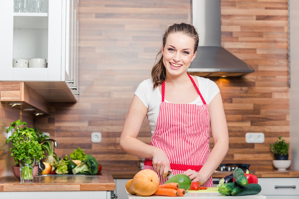 夫のために料理を作っている女性