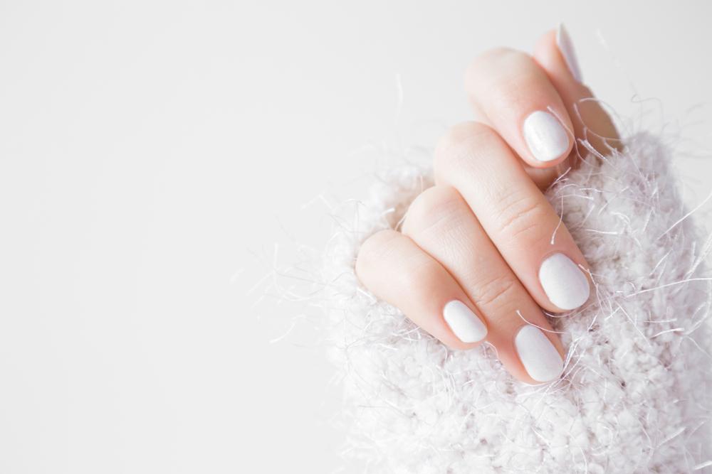 ネイルをした女性の手