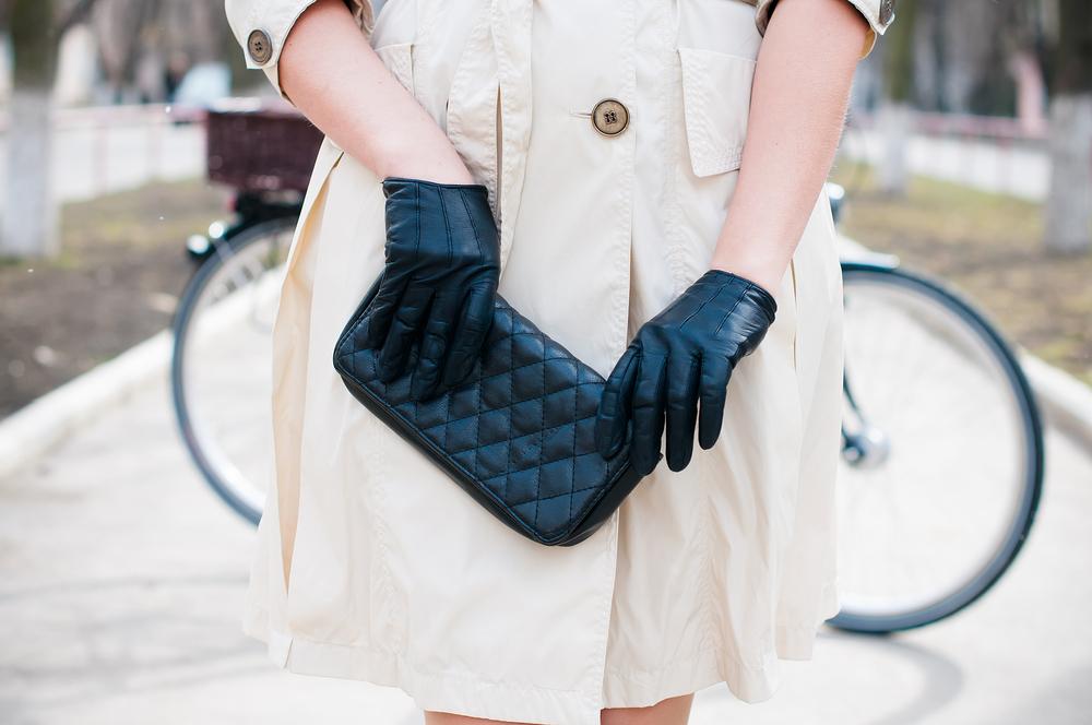 黒い手袋をした女性
