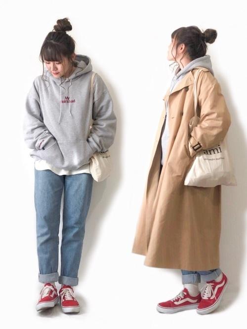 パーカーとトレンチコートの重ね着コーデ【2】ボーイッシュスタイルに春っぽさをプラス