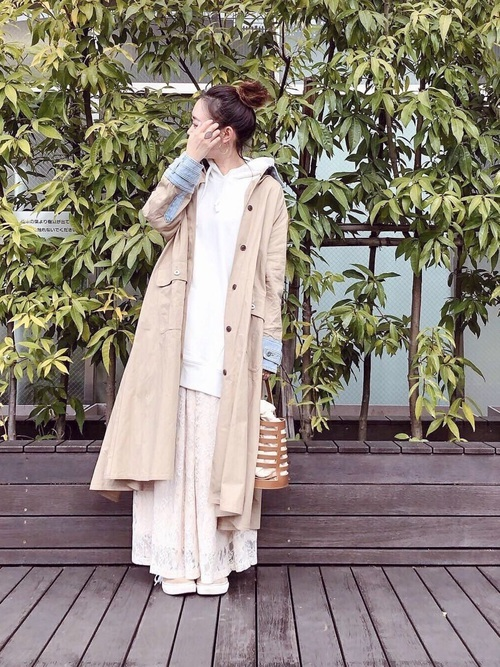 パーカーとトレンチコートの重ね着コーデ【3】ゆるずるスタイルにビッグトレンチ