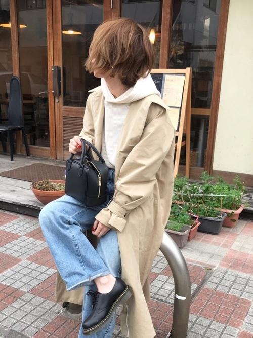 パーカーとステンカラーコートの重ね着コーデ【2】淡色デニムと抜け感足元でこなれスタイルに