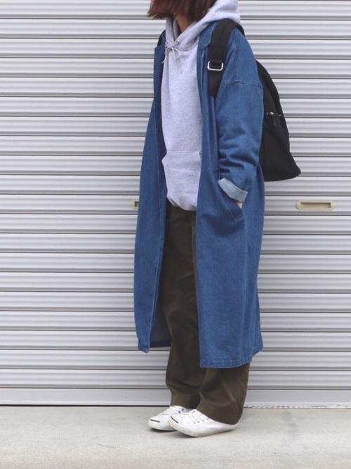 パーカーとデニムコートの重ね着コーデ【1】ロングデニムコートでやんちゃっぽく