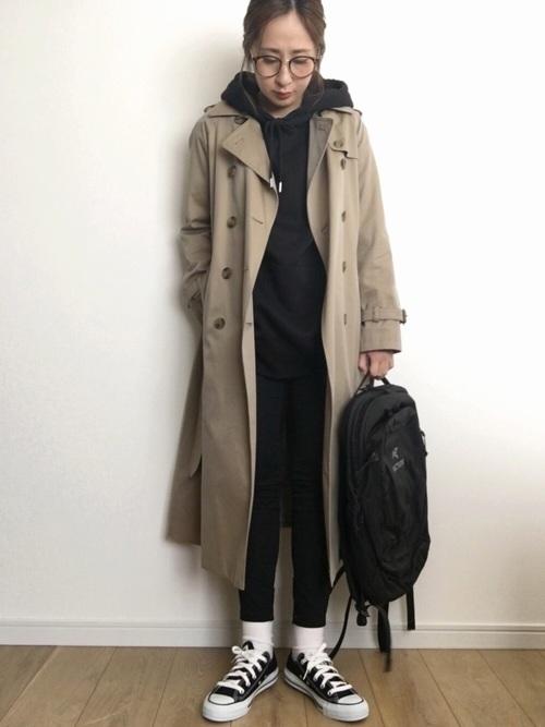 パーカーとトレンチコートの重ね着コーデ【1】スポーティーミックスなブラックコーデ