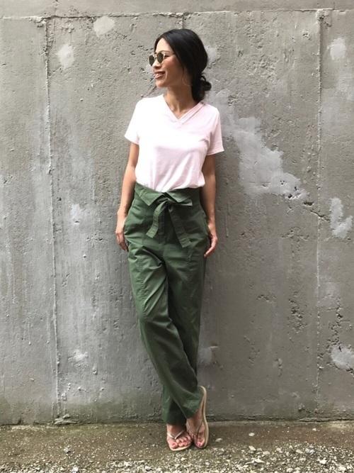 ピンクTシャツ×カーキパンツ