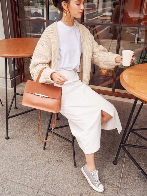 白トップスと白コーデュロイスカート