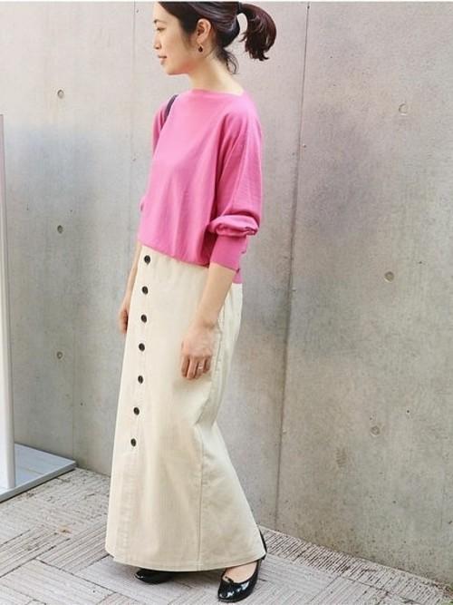 ピンクトップスとコーデュロイスカート