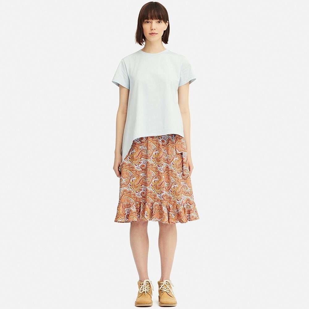 ペイズリー柄のラッフルスカート×アシメTシャツのコーデ