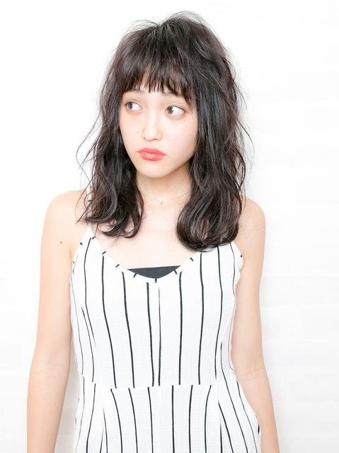 黒髪×波ウェーブの女性
