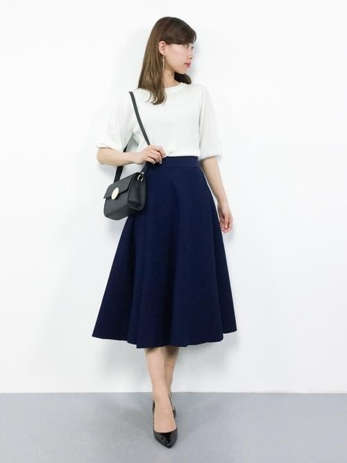 大学院の面接に適した白ニット×ネイビースカート
