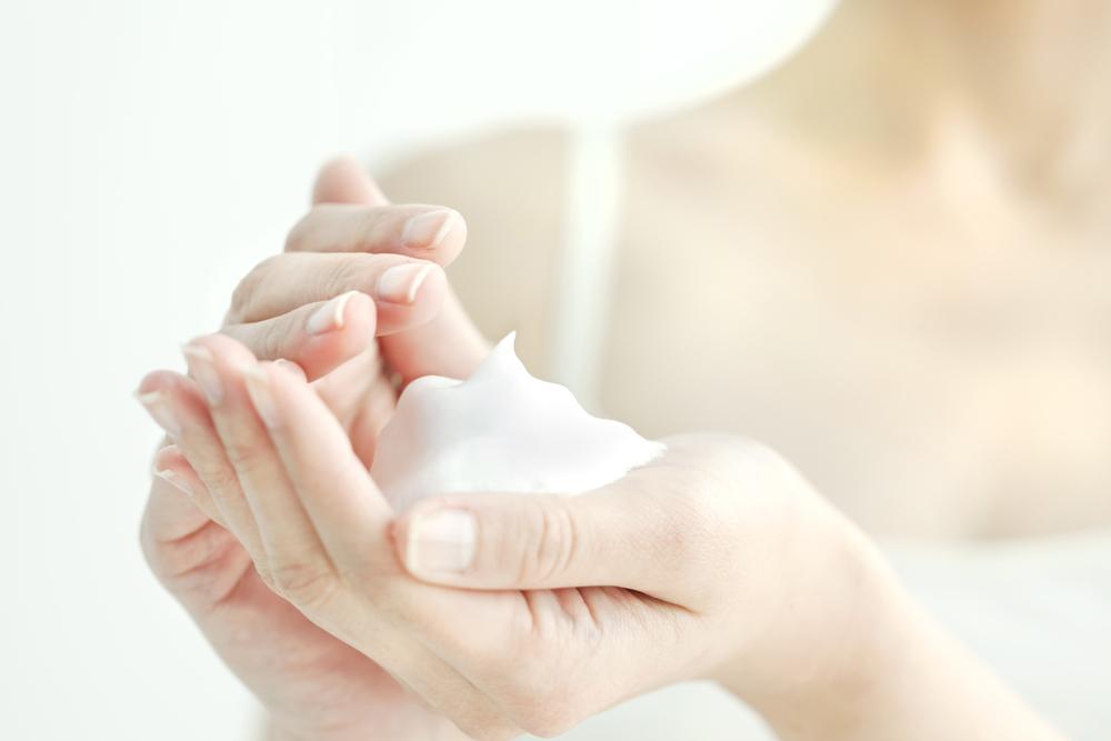 洗顔料で作ったたっぷりの泡を手にとる女性