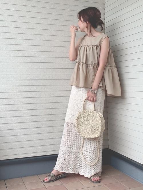 ベージュトップス×白ニットロングスカート