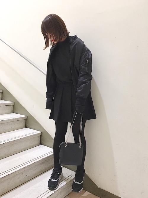 ミニ丈の黒プリーツスカートのコーデ