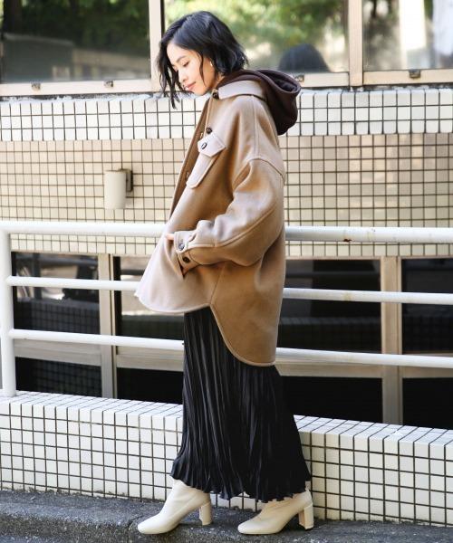 ロング丈の黒プリーツスカートのコーデ