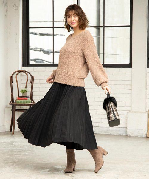 ミディ丈の黒プリーツスカートのコーデ