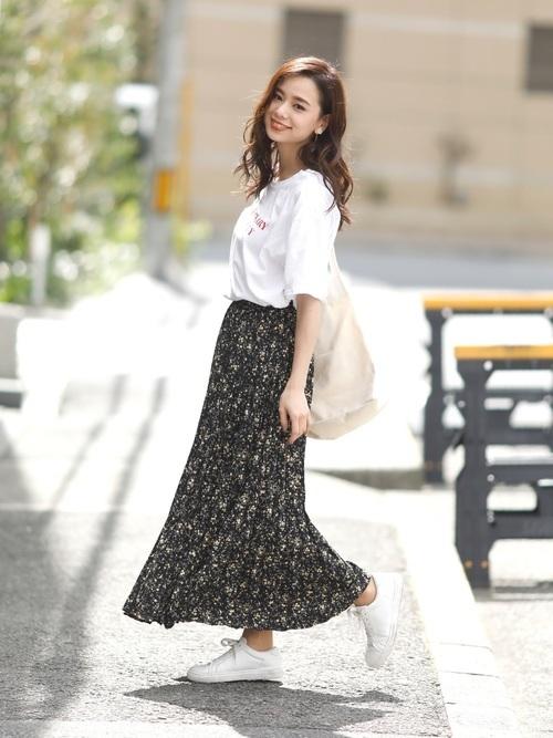 夏の黒プリーツスカートコーデ