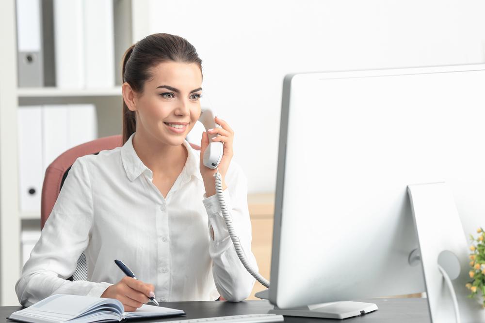 電話応対をしている女性