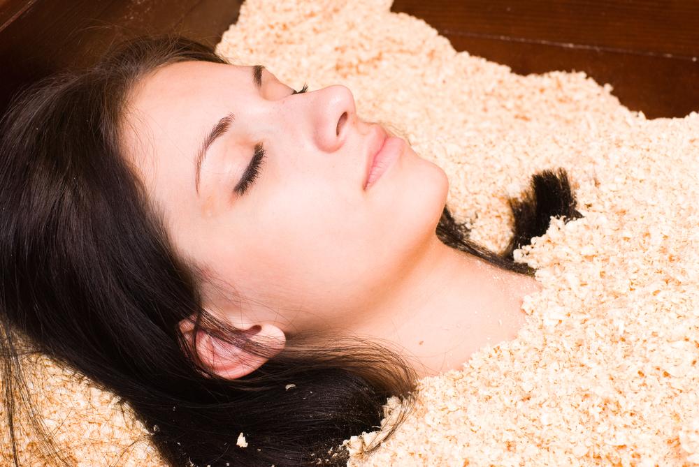 酵素浴中の女性