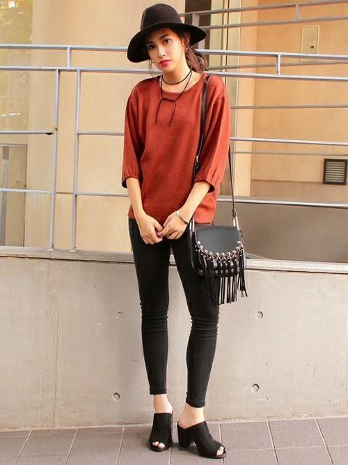 Tシャツとスキニーパンツのシンプルコーデ