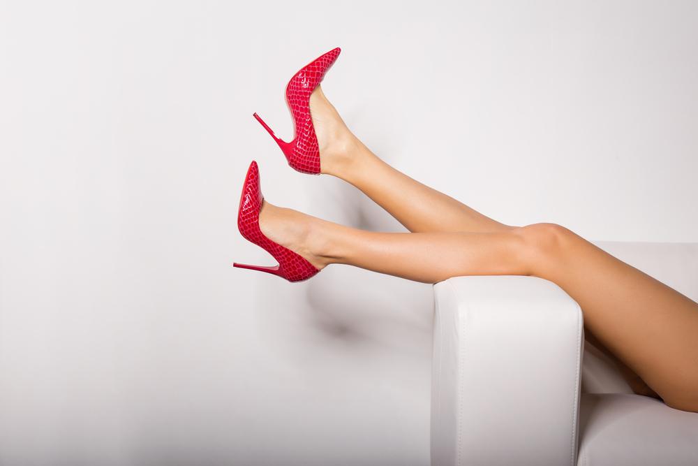 パンプスを履いた女性の足