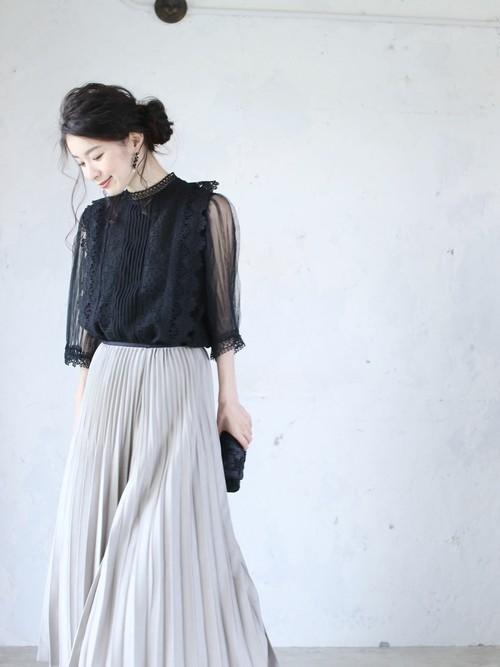 黒ブラウスを使ったモナコの服装