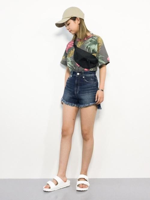 半袖×デニムショートパンツ