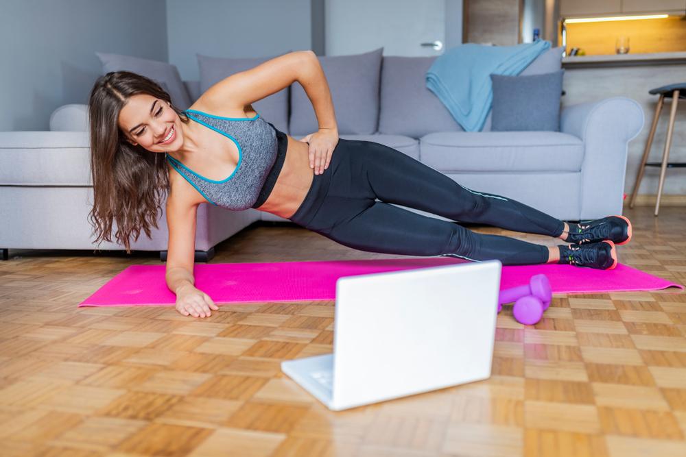 体幹トレーニングをする女性