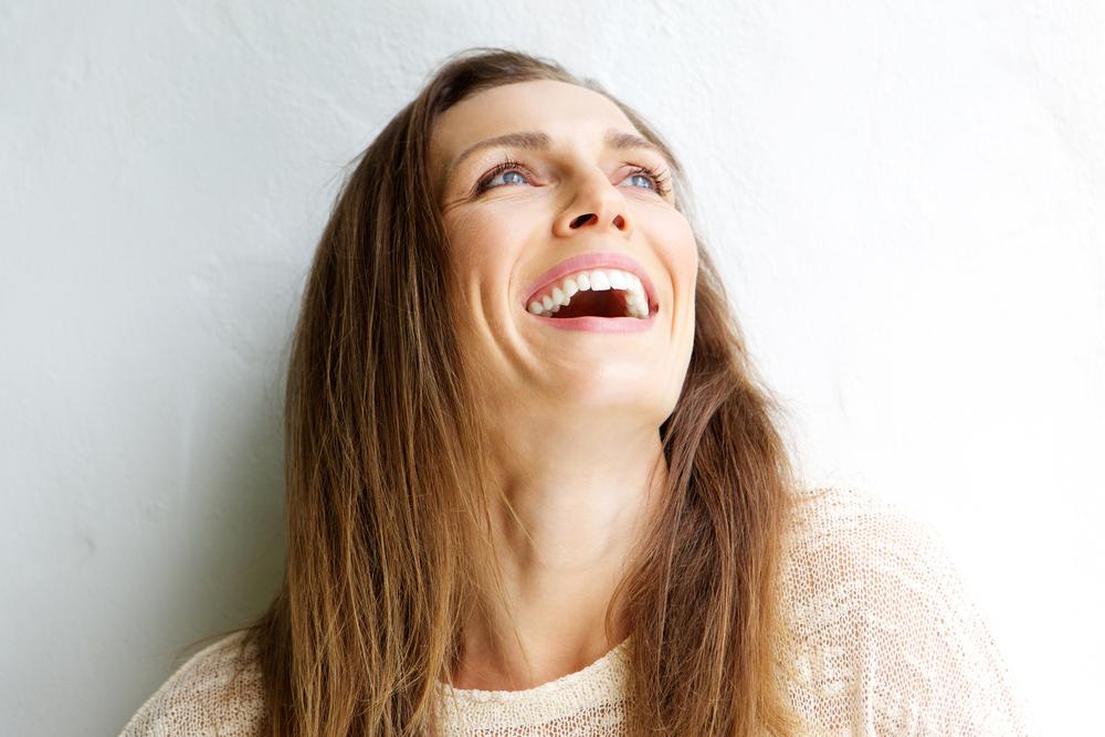 口を開けて笑う女性