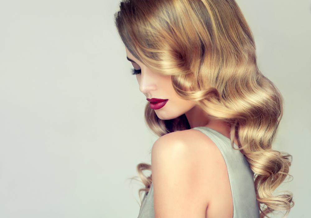 髪の毛のツヤ出しスプレーを使用した女性