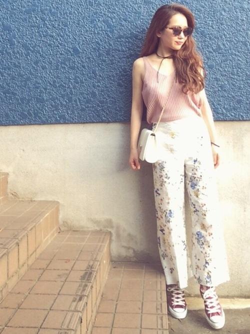 ピンクノースリーブニット×花柄パンツ