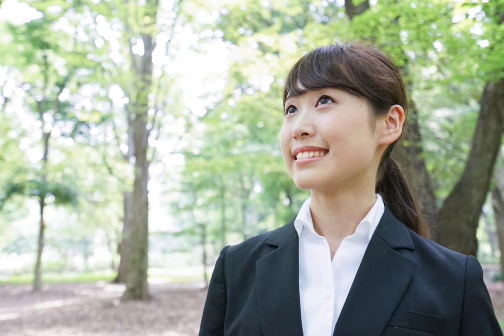 スーツを着て就職活動している女性