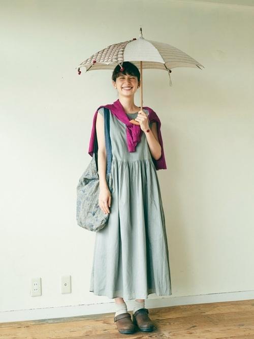 カーキワンピース×ベージュ日傘のコーデ