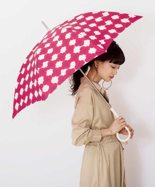 ベージュワンピース×カメリア柄日傘のコーデ