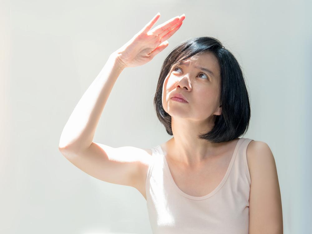 日焼けが気になる女性の写真