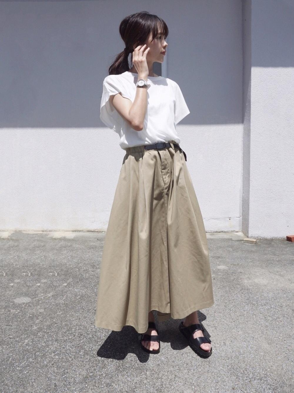 Tシャツとチノスカート