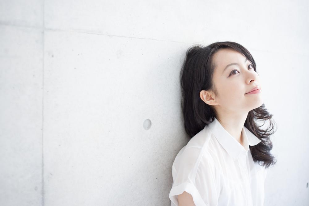 白い服を着た女性の写真