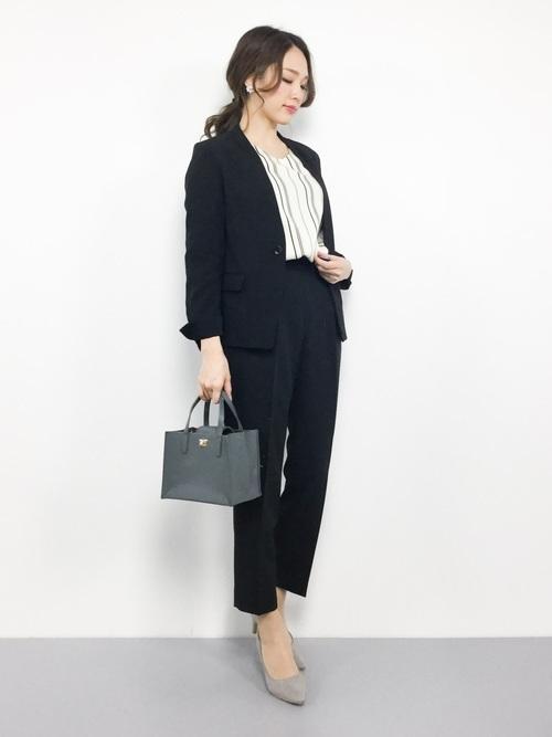 ブラックのパンツスーツ
