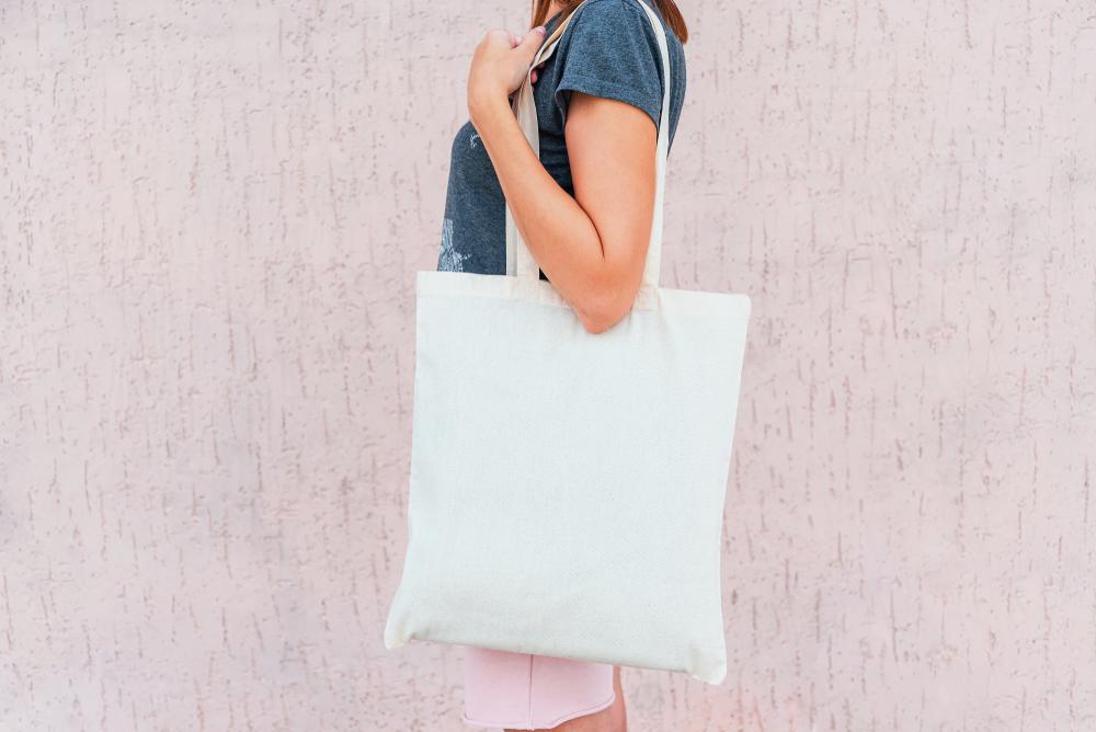 人気のコストコでの買い物にショッピングバッグを持参する女性