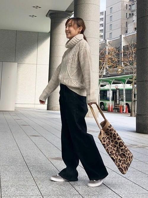 レオパード柄ニットバッグのカジュアルコーデ