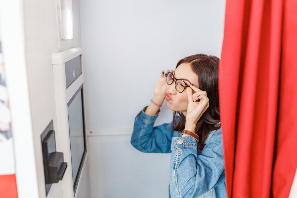 写真ブースでメガネをかけて写真撮影する女性