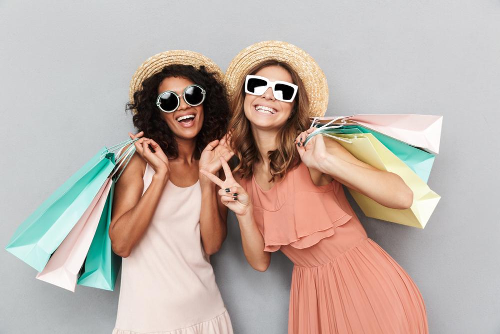 帽子をかぶってサングラスをかけた女性の2人組