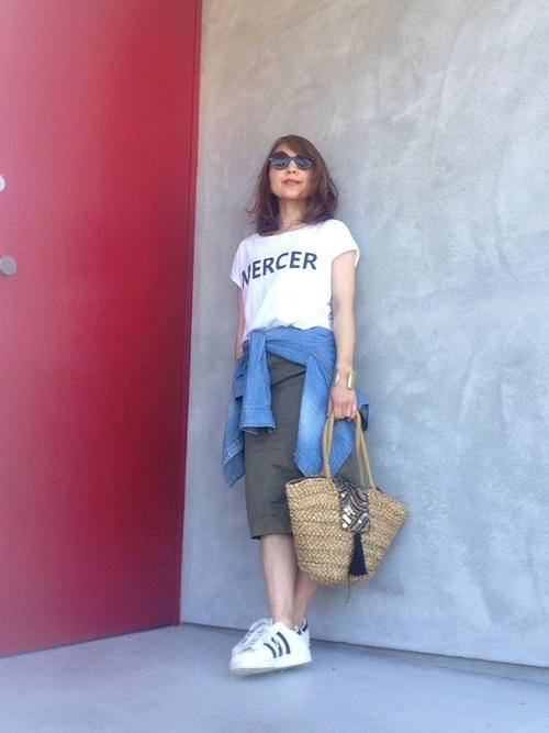 ロゴTシャツ×カーキスカート