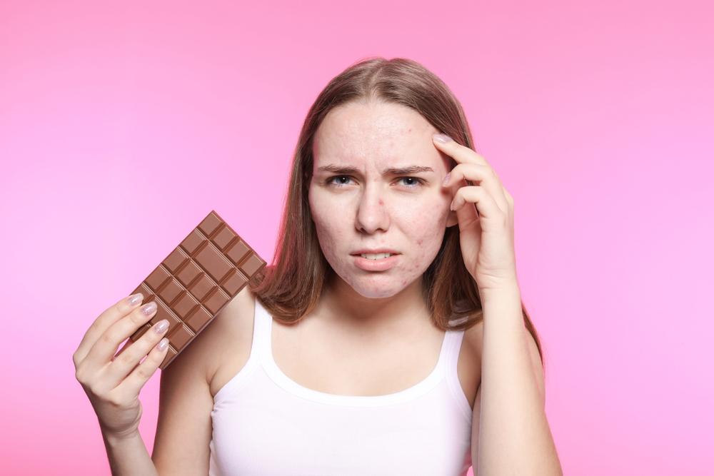 チョコレートを手に持っている女性