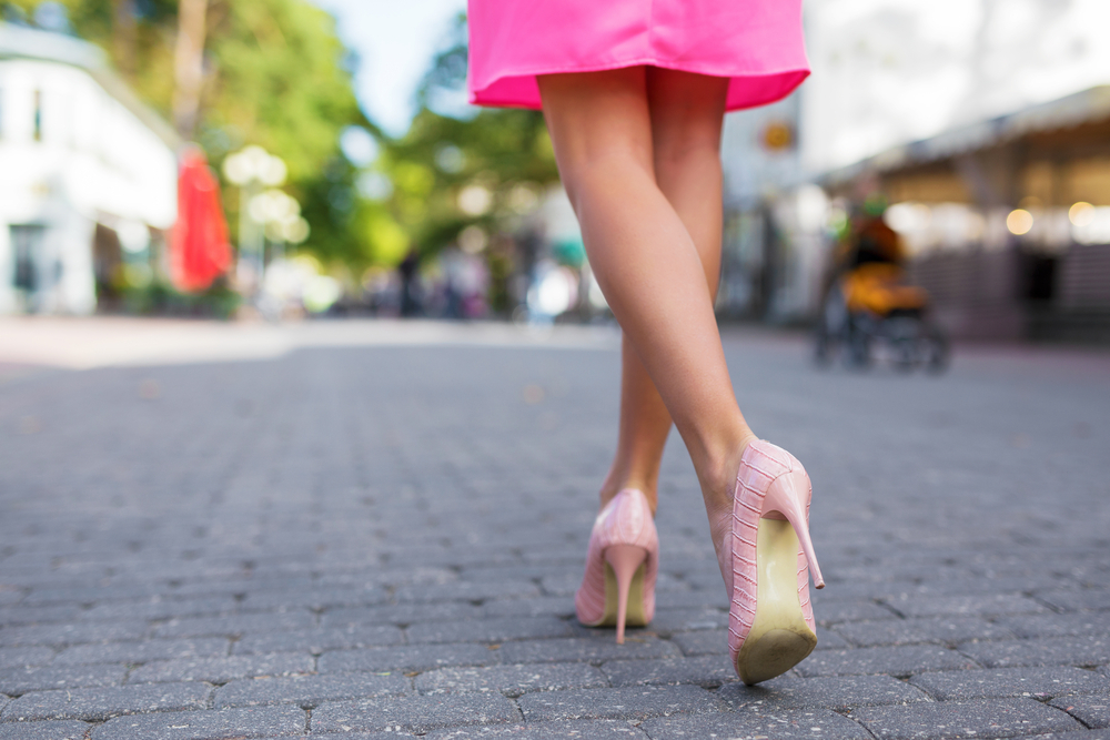 スカートを履いた女性
