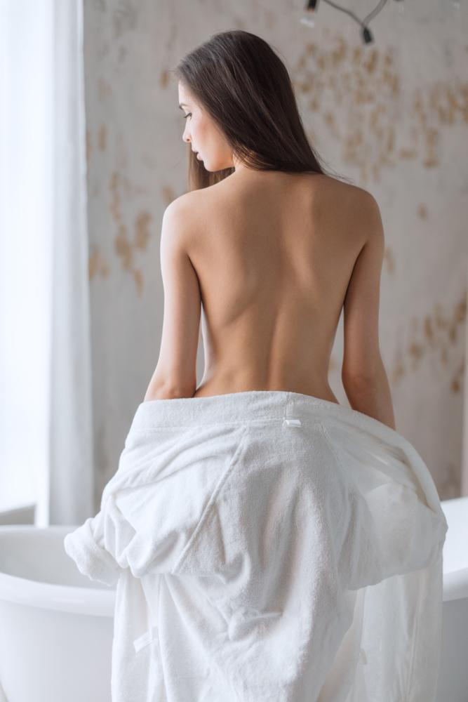 背中がきれいな女性