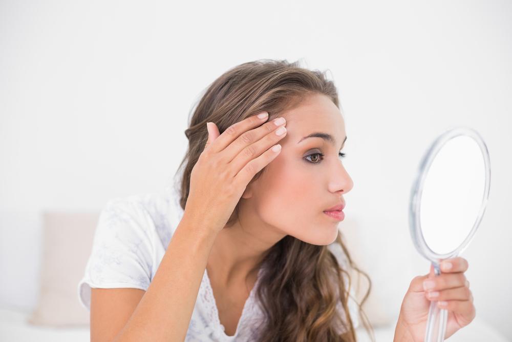 頭皮をチェックする女性