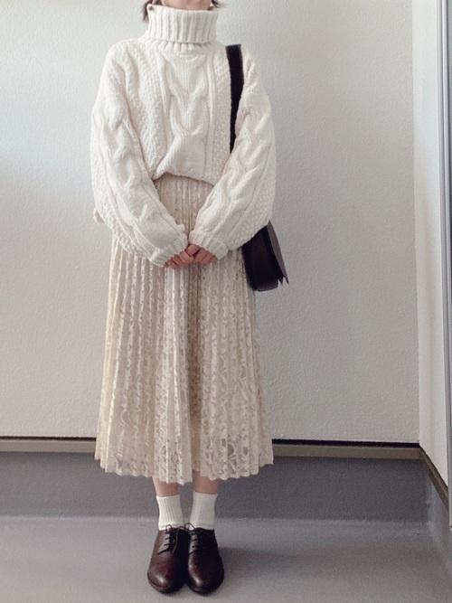 白タートル×GU(ジーユー)ベージュレーススカート