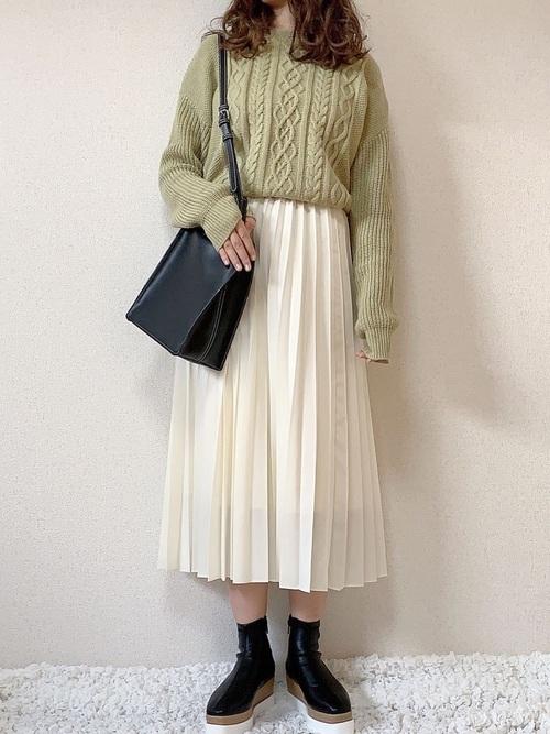 ユニクロの白プリーツスカートのコーデ