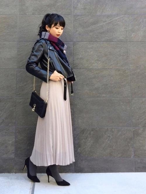 ユニクロのグレープリーツスカートのコーデ