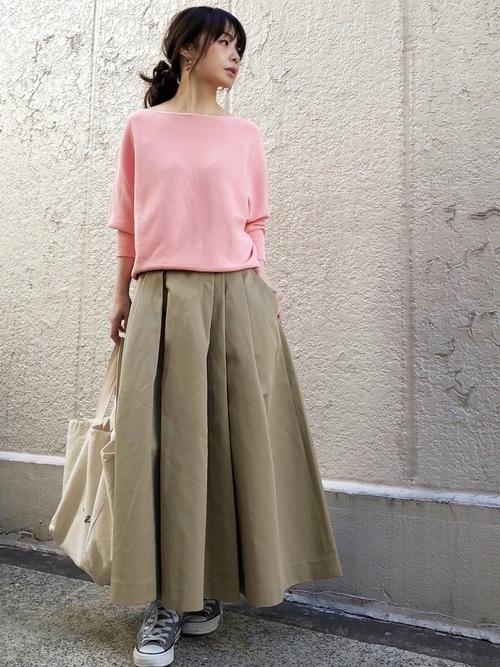 ピンクニット×ベージュスカート
